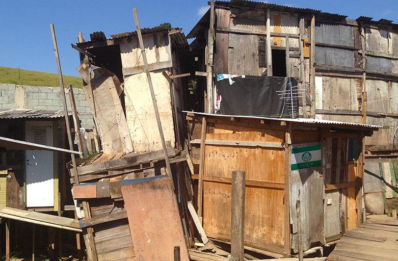 Invasão de barraco abandonado por policiais sem mandado é válida, diz STJ